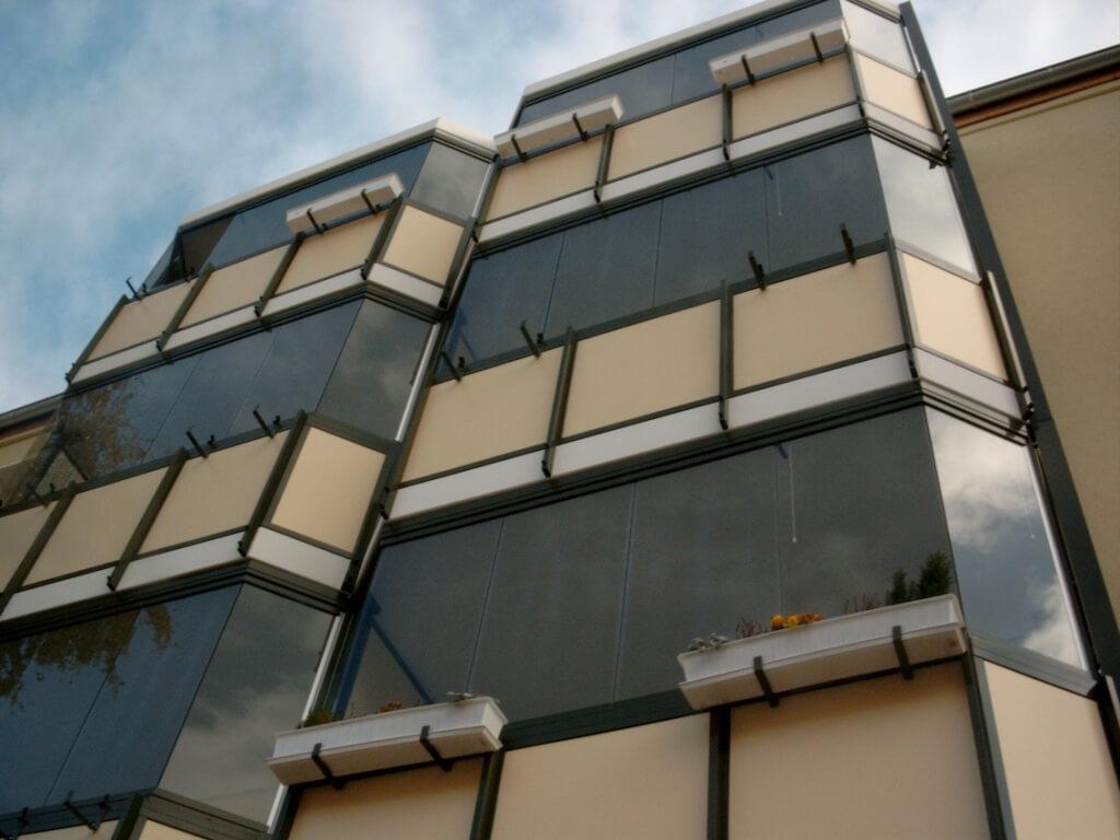 glas faltw nde balkonverglasungen und fassadenverglasungen pietzsch terrassenwelten. Black Bedroom Furniture Sets. Home Design Ideas