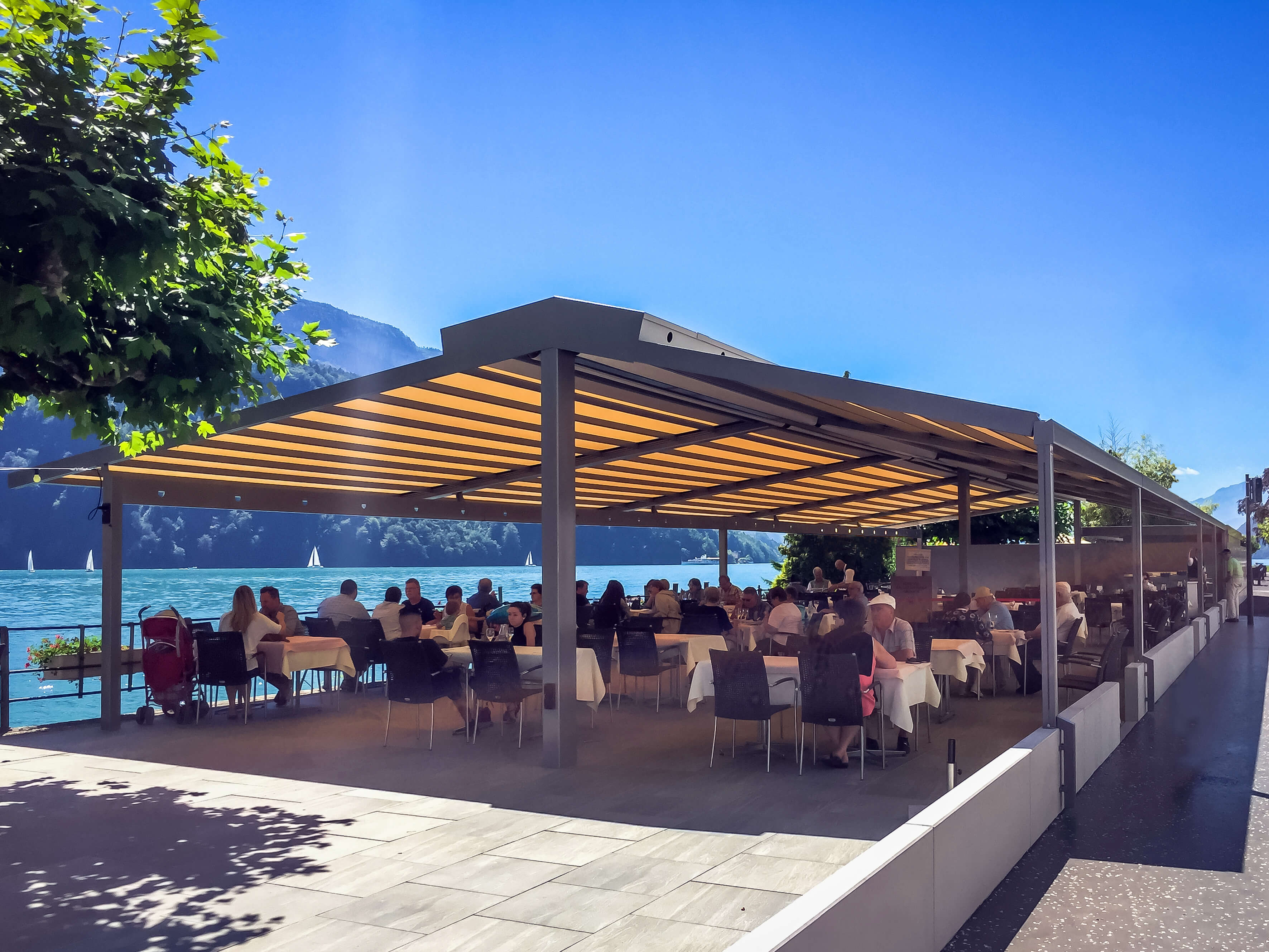 Die Gastro- Markise RIVERA sorgt für Sonnenschutz, Regenschutz und Windschutz.Sie ist die perfekte Lösung für die Gastronomie aber auch für die private Terrasse. Als Terrassenüberdachung ist diese Sonnenschutzanlage bestens geeignet.