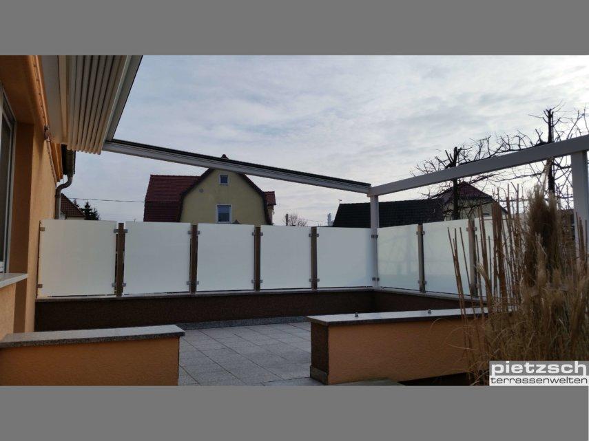 Windschutz- und Sichtschutzelemente sind ein fester Bestandteil einer Terrassenüberdachung.