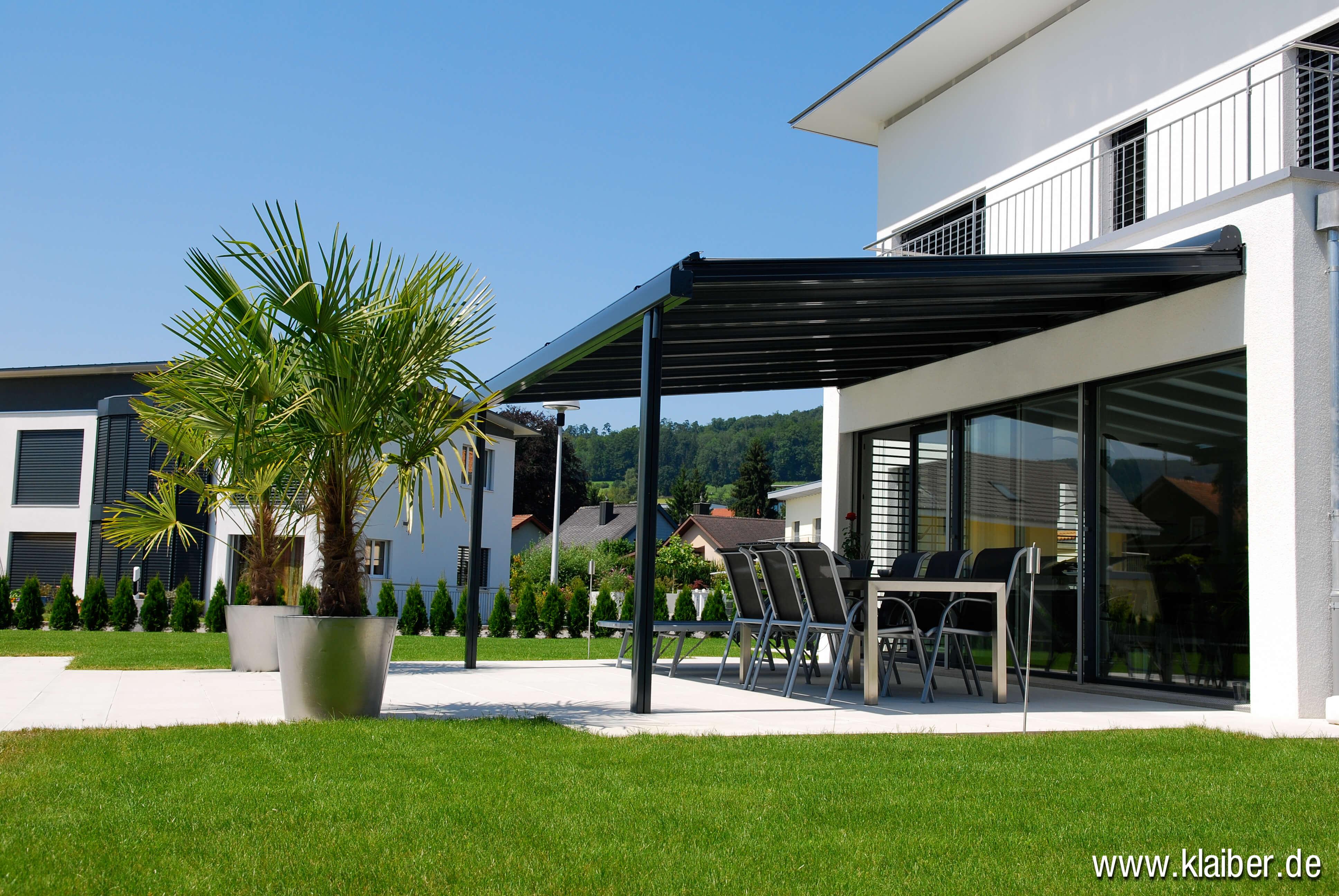 Mit einer Terrassenüberdachung schaffen Sie sich ein Outdoor- Wohnzimmer. Unsere Glasdächer werden statisch nach Ihrem Einbauort berechnet.
