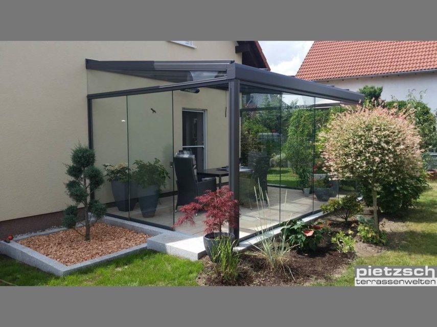 Die Glasschiebewand und die Schiebeverglasung eignen sich als Unterbauelemente für die Terrassenüberdachung.