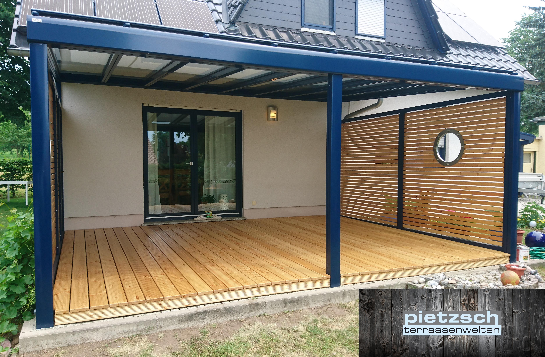 Terrassenüberdachung mit Sichtschutzwänden und Holzdielen