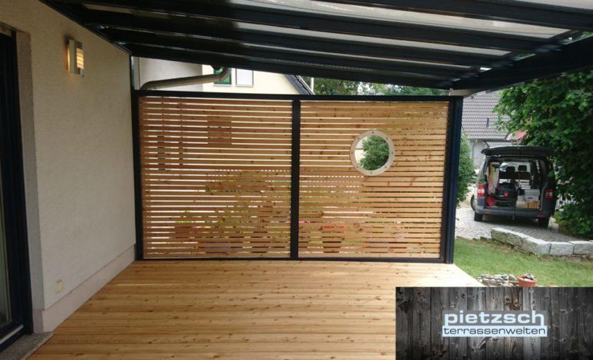 Terrassenüberdachung mit Sichtschutzwand und Holzfußboden