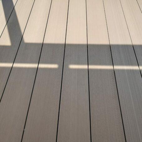 WPC-Breitdielen nussbaumfarben mit gebürsteter Holzoptik