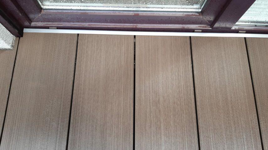 Tür- und Treppenbereiche werden mit Edelstahlleisten abgeschlossen